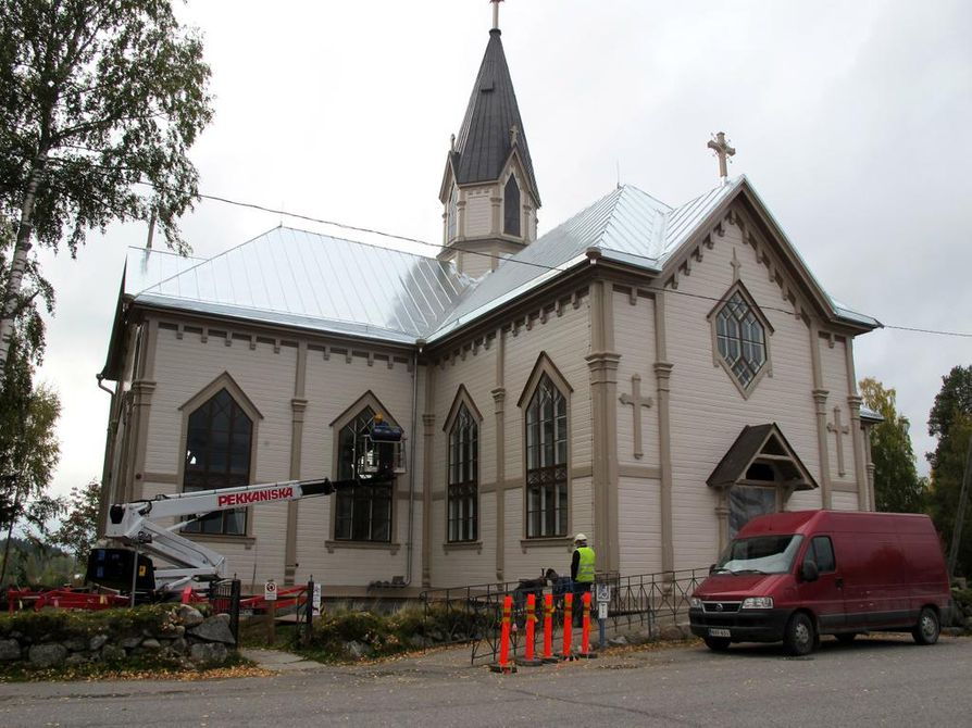 Lähes 200-vuotiaan Reisjärven kirkon ulkoremontti on perusteellinen. Uusi kattomateriaali on pelti. Kaikki ikkunat, ulko-ovet ja tapulin luukut on korjattu ja lahoviat paikattu. Kivirappuset on perustettu ja asennettu uudelleen. Työmaalla on 15–20 miestä, ja lisäksi töitä tehdään puusepänverstaalla.
