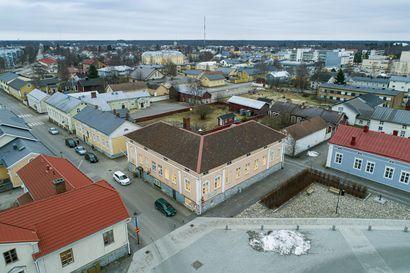 Pekkatorille 171 vuotta sitten valmistuneen Hansa-talon remontti alkaa katolta