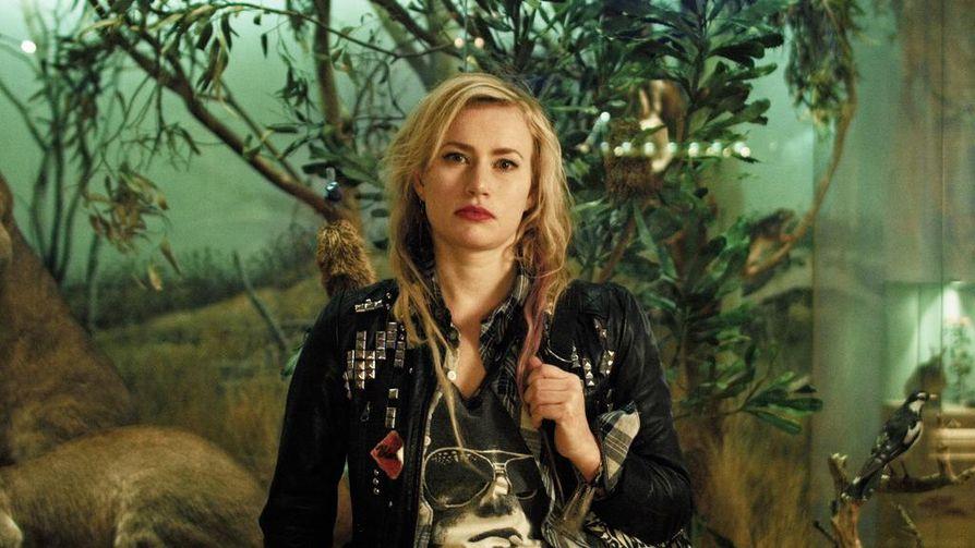 Krisun (Minka Kuustonen) kolmenkympin murros ei tule ihan kivuttomasti Wendy and The Refugee Neverland -elokuvassa.