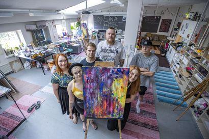 Kulttuuribingo täyttää 10 vuotta: monitaiteilijoiden ateljeessa toivotaan lisääntyvää panostusta kulttuuriin Oulu2026-hankkeen hengessä