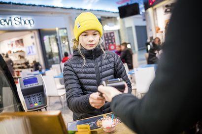 Maksukortteja myönnetään jo 7-vuotiaille –Pankit tarjoavat lapsille myös omia sovelluksia