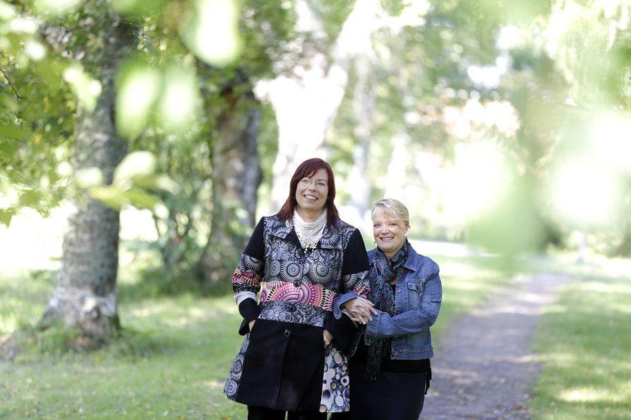 Kaisa Halmkrona (oik.) kertoo vannoneensa itselleen, ettei ikinä esitä runojaan. Niin vain hänestä tuli tämän vuoden Pohjois-Suomen lavarunouden mestari. Käsikynkässä oleva Heidi Rundgren voitti puolestaan viime vuonna Möllärimestarikisan runokokoelmat-sarjan. Kaksikolle on tärkeää läsnäolo hetkessä.
