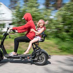"""Mukava ajaa, hiljainen ja helppo oppia – Eelis innostui perheen sähköskootterista: """"Olen ajellut sillä kouluun, uimaan ja muuten vain eri puolilla kaupunkia"""""""