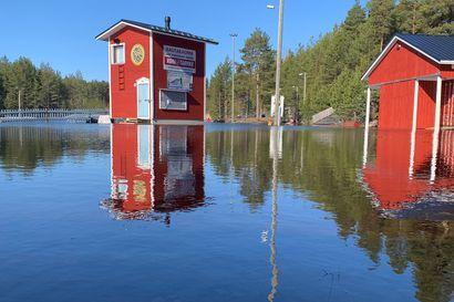 """Rantakylässä riittää edelleen tulvavettä, eikä vesihuoltokaan hyödynnä aluetta tällä hetkellä: """"Toivottavasti ei enää sada"""""""