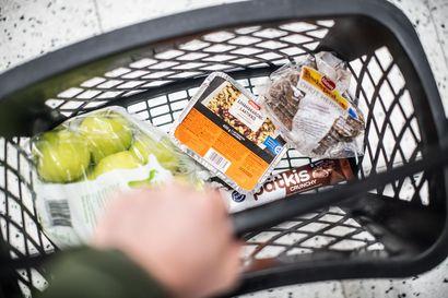 """Saako etäkoululaisten maksusitoumuksella ostaa karkkia ja limsaa?  Kaupungin ohje jättää päätöksen vanhemmille ja tulkinnan kaupoille: """"Me emme ala missään nimessä poliisiksi kassalla"""""""