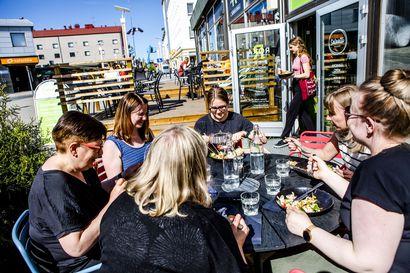 Ravintolat aukesivat vihdoin, iloiset ihmiset ryntäsivät lounaalle ja terassille Rovaniemellä heti kun se oli mahdollista –pysähtyminen teki myös hyvää