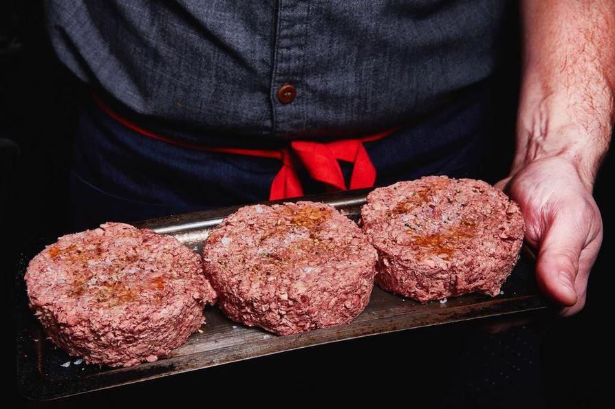 Amerikkalaisen Impossible Foodsin hampurilaispihvit valmistetaan kasveista. Lihan tuntua ja verevyyttä niihin saadaan bioreaktorissa kasvatetusta, hemoglobiinia muistuttavasta proteiinista.