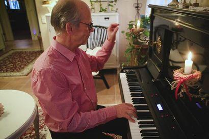 Mauri Miettunen asensi television vanhaan pianoon