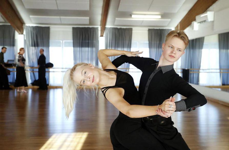 Emilia Prykäri ja Eetu Lämsä voittivat aiemmin huhtikuussa vakiotanssin SM-kultaa.