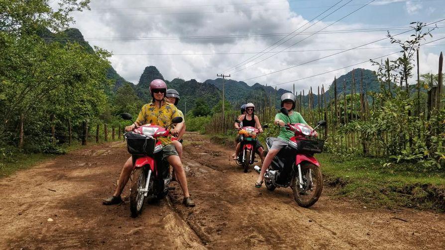 Kuusihenkinen retkikuntamme matkusti mukavasti kolmella kevytmoottoripyörällä.