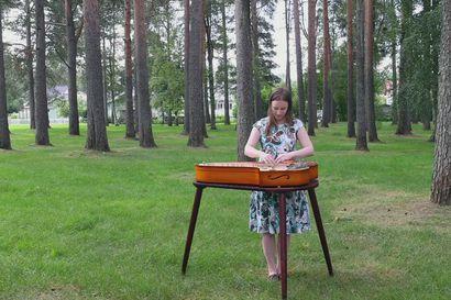 Näin kantele soi luonnonhelmassa – Katri Kangas esittää konserttikanteleella itse säveltämänsä Ihme-kappaleen