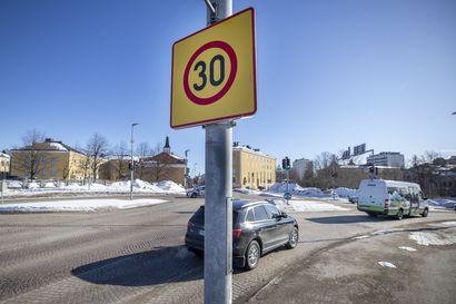 Taksiautoilija: Naurattaa, kun itse ajaa kolmeakymppiä ja polkupyöräilijä vetää ohi – kolmenkympin rajoitus Oulun keskustassa jakaa mielipiteitä