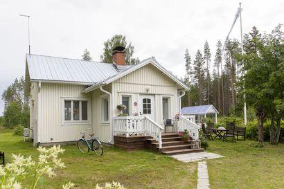 """1930-luvulla rakennettu hirsitalo Iin Olhavassa nousi kukoistukseen tulipalon jälkeen: """"Minun lempipaikkani täällä on tämä koko paikka!"""""""