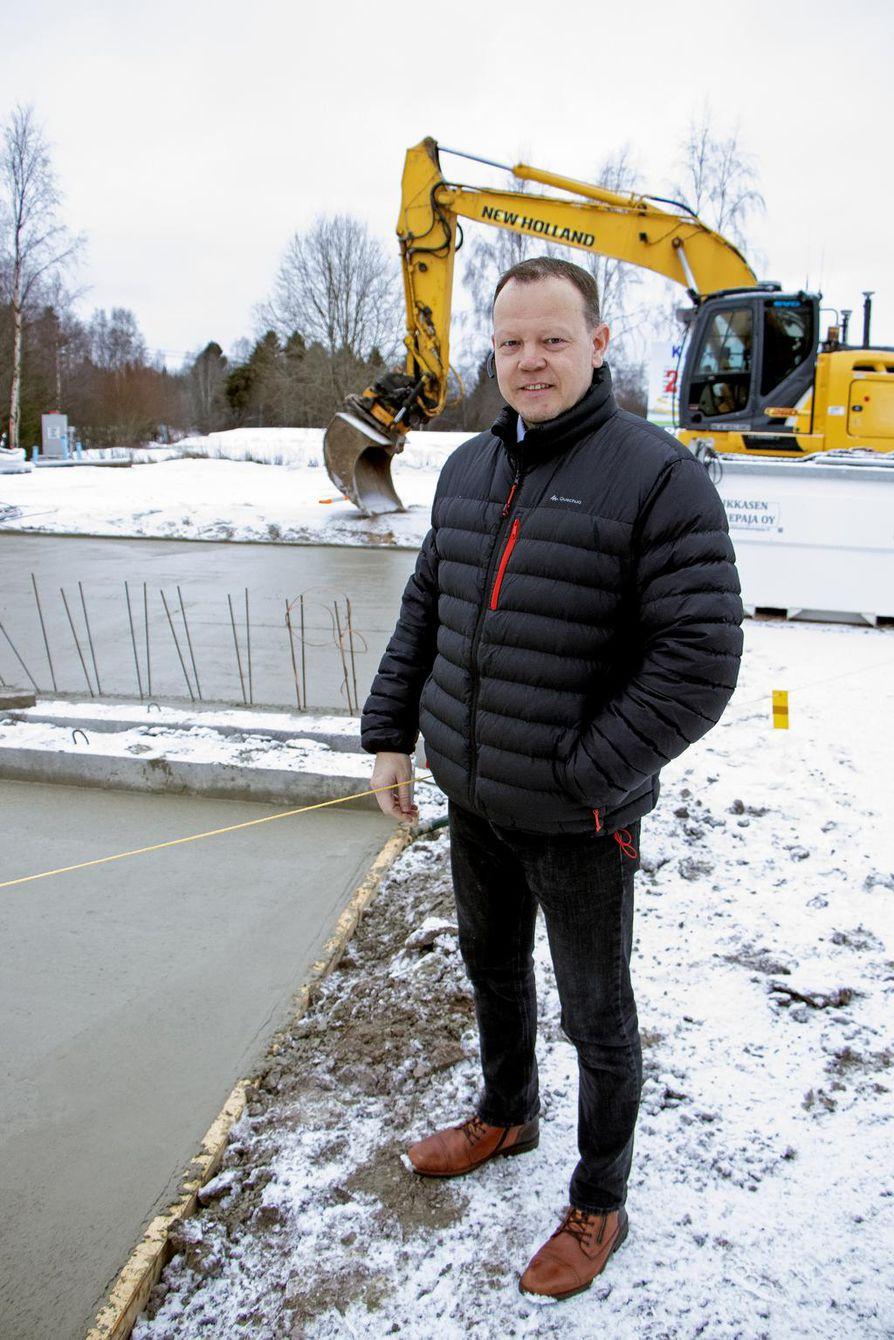 Ala-Temmeksen SEO:n pihaan valmistuu            pian Suomen ensimmäinen polttoaineyhtiön hoitama biokaasun jakeluasema. SEO:n hallituksen puheenjohtaja  ja yrittäjä Jan Väliheikki on tyytyväinen.