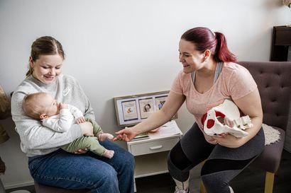 """""""Etenkin moni ensisynnyttäjä on epätietoinen siitä, mitä kotona uskaltaisi tehdä, miten uskaltaa liikkua"""" – Fysioterapeuttisen jälkitarkastuksen keskiössä on synnyttänyt äiti"""