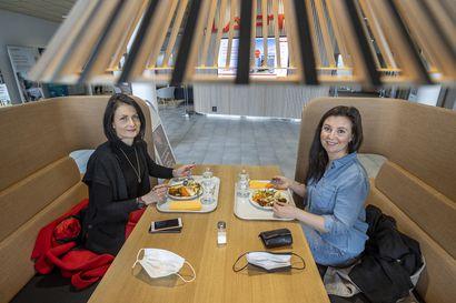 """""""Tätä on odotettu"""" – Ravintolan lounasruoka maistui Oulussa kuukauden mittaisen sulun jälkeen, baareihin tultiin tapamaan tuttuja"""