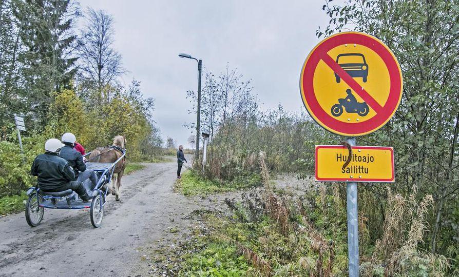 Hevosihmiset ovat huolissaan, kun hevosreireillä reiteillä kulkee esimerkiksi mopoautoja ja pyöräilijöitä. Reiteillä on tapahtunut vaaratilanteita.