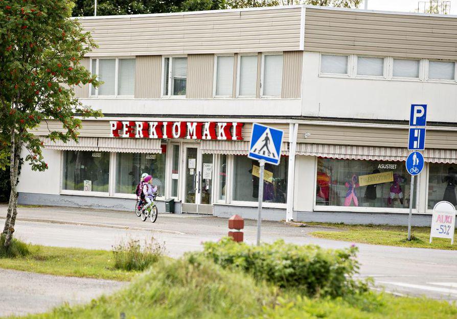Asusteliike Perkiömäki on ollut Pyhäjoen tunnetuin nähtävyys ja retromuodin aarreaitta. Hyllyiltä ja vaaterekeiltä löytyy hittituotteita kuudelta vuosikymmeneltä, ja usein vielä alkuperäispakkauksessa ja markkahinnalla: Tiklas, Essilä, Naisten Pukutehdas, Kaunotar, Kestilä.