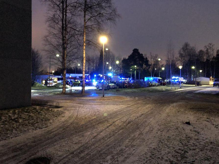 Valtatiellä sijaitsevaan kerrostaloon tuli rakennuspalohälytys perjantaina iltapäivällä.