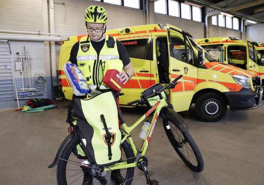 Ensihoitoesimies Tomi Ehrolan mukaan pyöräyksikön varustus on ambulanssitasoa.