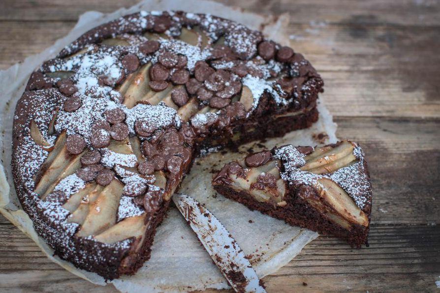 Juuri nyt parhaimmillaan olevat päärynät raikastavat täyteläisen suklaakakun makumaailmaa.