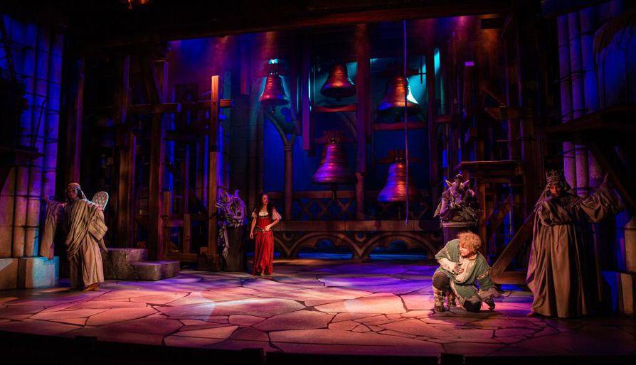 Pääpari Quasimodo ja Esmeralda ( Josefin Silén ) katedraalin salissa.