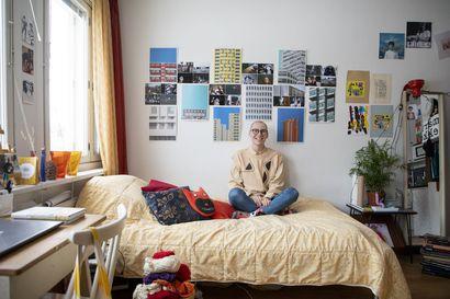 """Oululaisen arkkitehtiopiskelijan modernia mummolatyyliä oleva koti tulvii värejä ja tilpehööriä: """"Minä en siedä lainkaan paljaita seinäpintoja, minkä ehkä huomaa"""""""