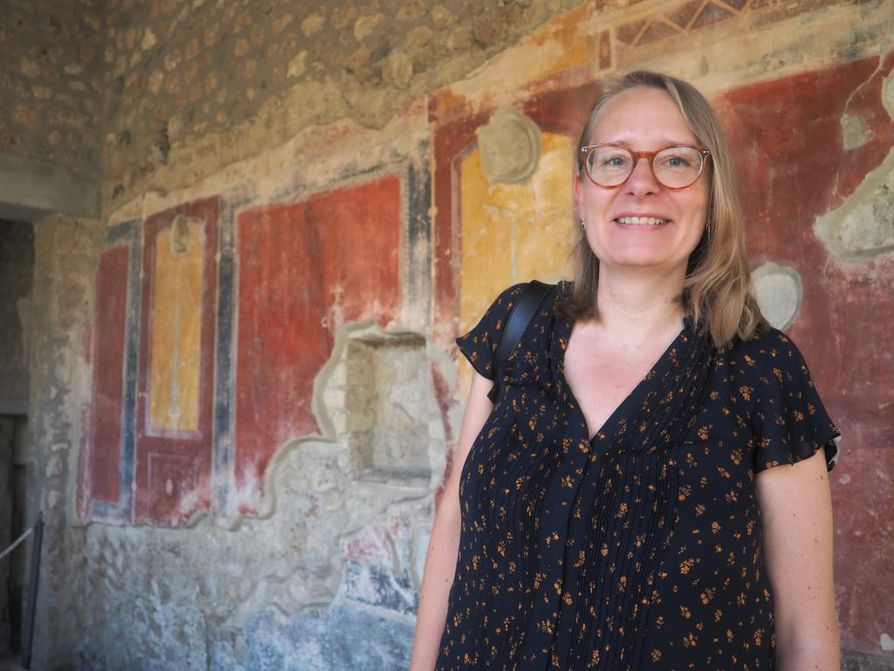 Naisten taloudellinen ja yhteiskunnallinen asema parani ajanlaskumme alkuvuosikymmeninä, ja se hämmästyttää Ria Bergia vieläkin. Yksi todiste kehityksestä on kuvauspaikka: itsenäisen yrittäjän Julia Felixin hallinnoima majatalo-kylpyläkompleksi Pompejissa.