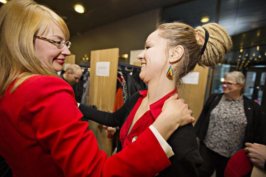 Vasemmistoliiton Hanna Sarkkinen (kuvassa oikealla) ja SDP:n Tytti Tuppurainen halasivat toisiaan vaalivalvojaisia. Molemmat pääsivät eduskuntaan.