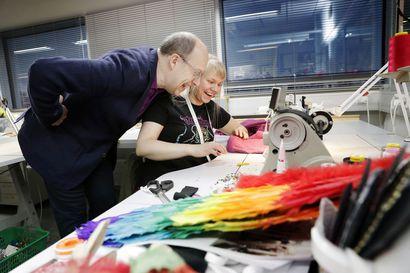 """Pukusuunnittelija Pasi Räbinän puvut pursuavat iloa – """"Puku on suunniteltava niin, että näyttelijällä on mahdollisuus solahtaa osaksi sitä"""""""
