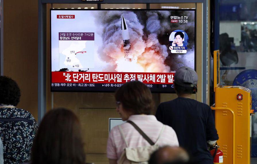 Etelä-Koreassa seurattiin uutislähetystä Pohjois-Korean ohjuslaukaisusta elokuussa. Arkistokuva.