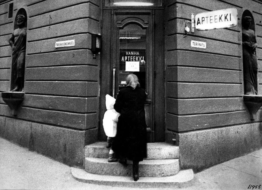 Vanhan apteekin talon sisäänkäynti Pakkasuoneenkadun ja Torikadun kulmassa 5. joulukuuta vuonna 1962, jolloin talossa juhlittiin Oulun ensimmäisen apteekin perustamisen 200-vuotisjuhlia.