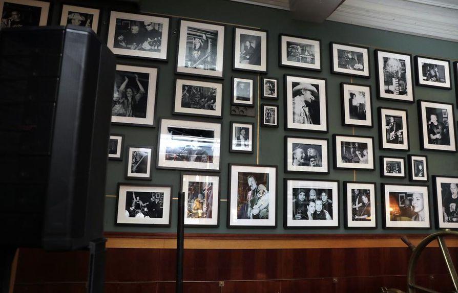 Petrellin Saluunan seinää koristavat muusikoiden valokuvat on kaikki otettu heidän esiintyessään ravintolan lavalla.