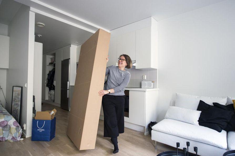 Kauppatieteilijä Ella Häkkinen on tottunut laatikkoelämään ja muuttamiseen. Kahdeksan vuotta ulkomailla on tehnyt Häkkisestä kansainvälisen ikiliikkujan. Nyt Häkkinen asuu Helsingissä.