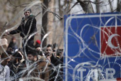 Tuhannet pakolaiset pyrkivät Kreikkaan, kun Turkki ilmoitti päästävänsä heidät eteenpäin – rajalla kahakoitiin viikonloppuna ja yhden väitetään kuolleen