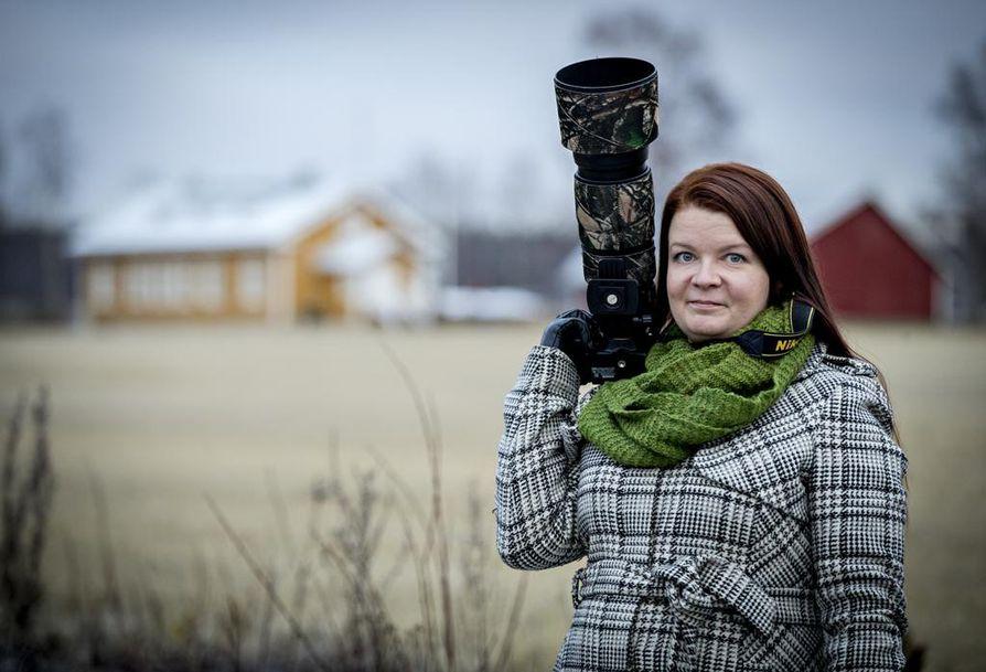 Jenni Leinonen ottaa kävelylle usein kameran mukaan. Valokuvauksesta on tullut rakas harrastus. –¿Siitä saa voimaa, kun pysähtyy havainnoimaan ympäristöä.