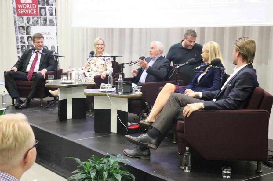 BBC:n Suomi-keskustelussa olivat mukana Ville Skinnari, Riikka Purra, Elina Lepomäki ja Jari Hanska (oik.). Puhetta johti Jonathan Dingleby (keskellä)