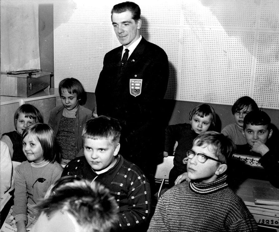 Hiihdon olympiavoittaja Eero Mäntyranta vieraili Oulun raajarikkoisten lastenkodissa päivällä 17.3.1964. Samana iltana hiihtäjäsankari veti noin 18 000 katsojaa Oulun puistohiihtoihin.