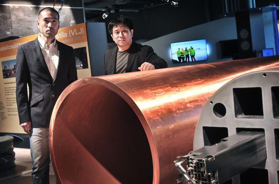 Shogo Nishibayashi (vas.) ja Takashi Nakazawa ovat erityisen kiinnostuneita siitä, mitä suomalaisen loppusijoitushyväksynnän taustalta löytyy. Olkiluodon vierailukeskuksessa tutkijat tutustuivat aihetta sivuavaan näyttelyyn, josta löytyy muun muassa aidon kokoinen jätekapseli.