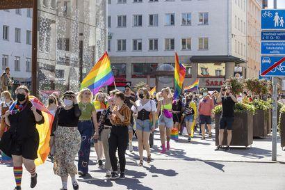 Oulun keskusta täyttyi sateenkaaren väreistä, kun Pride-viikko huipentui mittavaan kulkueeseen – katso kuvagalleria