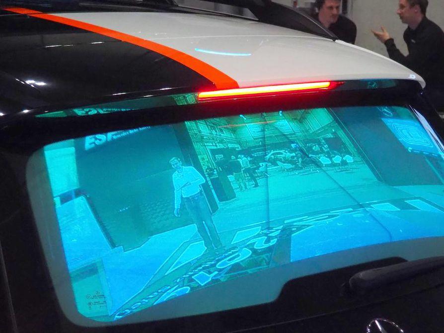 Takaikkunan kalvopinnalle heijastettava videokuva näyttää, mitä auton edessä tapahtuu. Järjestelmä tosin ei voi toteutua ennen kuin nyt koko tavaratilan täyttävien laserprojektorien koko pienenee.