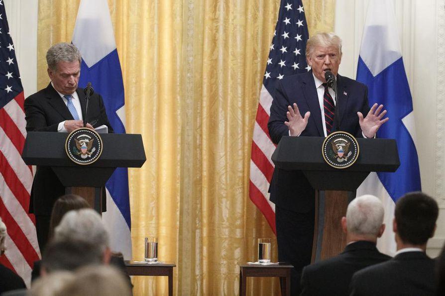 Tiedotustilaisuuden isoksi teemaksi nousi Trumpia vastaan aloitettu virkarikostutkinta. Niinistö sai seurata Trumpin puolustautumista vierestä.