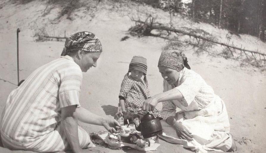 """Jenni Isola tarjosi kahvia """"Pääskylän tädille"""", vakituiselle kesävieraalle Hailuodossa 1920-luvun puolivälissä. Keskellä tytär Esteri Isola."""
