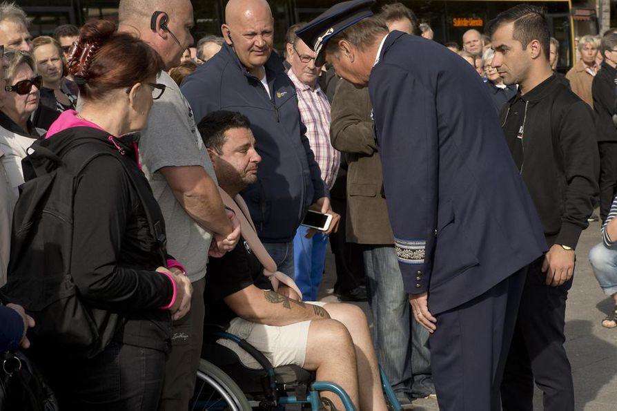 Puukotuksen uhriksi joutunut turisti Hassan Zubier saapui sunnuntaina aamulla pyörätuolissa ja kyyneleet silmissä viettämään hiljaista hetkeä Turun kauppatorille. Lounais-Suomen poliisilaitoksen poliisipäällikkö Tapio Huttunen kiitti Zubieria hänen toiminnastaan.