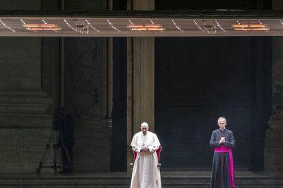 Paavi johti pitkänperjantain messun lähes typötyhjässä Pietarinkirkossa