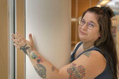 """Lähisukulainen haukkui """"rumat kuvat"""" ja katkaisi välit – Terhi Elomaa ei ole katunut päivääkään tatuointeja, jotka ovat hänelle tapa ilmaista itseään"""