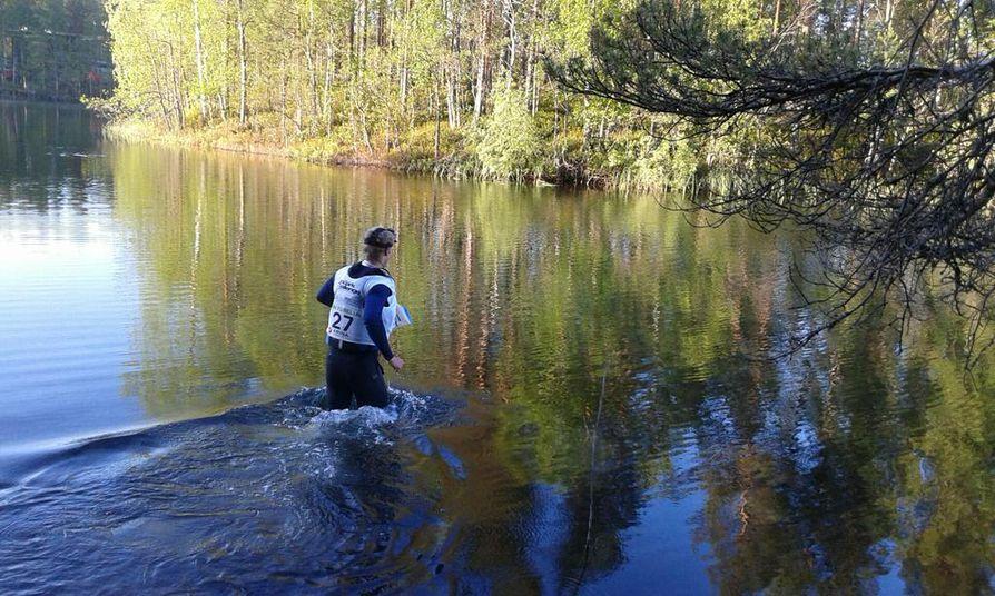 Multisportin Mikko Sakala ylittämässä jokea.