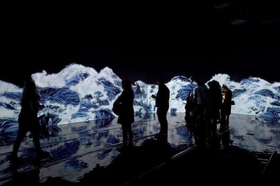Amos Rexin yksi kuvatuimpia valoteoksia on huone, jossa aallot lyövät loputtomiin yleisöä kohti.