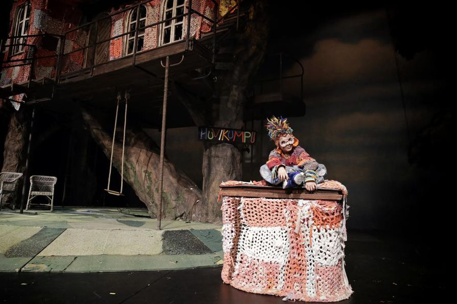 Oulun teatterin Peppi Pitkätossussa Herra Tossavaista esittää 9-vuotias katutanssin harrastaja Marona Awdishou. Koko hänen luokkansa Rajakylän koulusta on tulossa katsomaan esityksen.