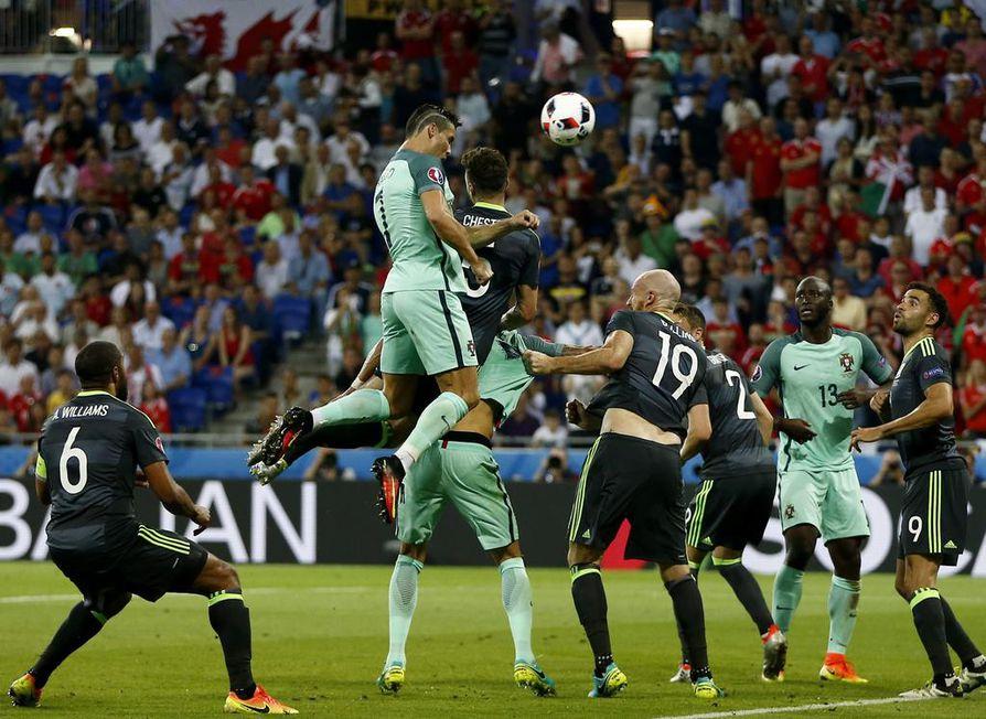 Cristiano Ronaldo puski yhdeksännen EM-maalinsa välieräottelussa Walesia vastaan.